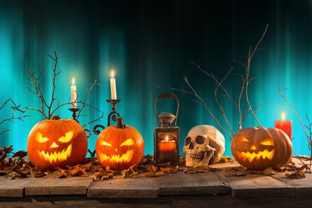 Foto de Halloween pumpkins on wooden planks. - Imagen libre de derechos