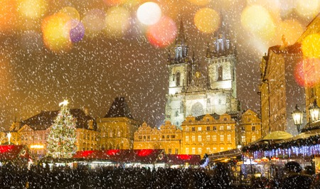Photo pour The Old Town Square at Christmas time in the center of winter Prague. - image libre de droit