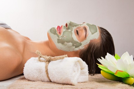 Photo pour Young healthy woman in spa making treatments and face mask. - image libre de droit
