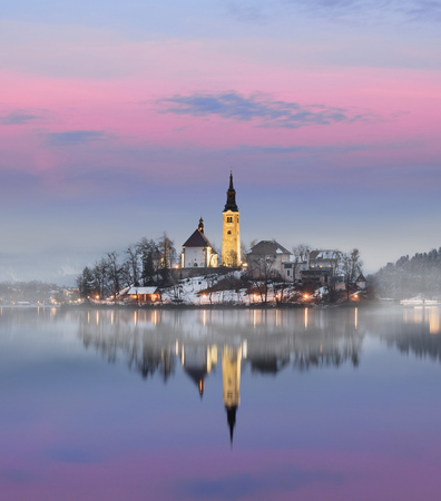 Foto de Amazing sunset at the lake Bled in winter, Slovenia. - Imagen libre de derechos