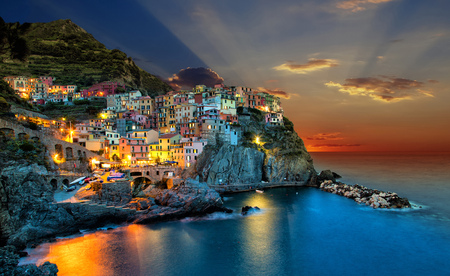 Photo pour Sunset over Manarola town, Itlay. - image libre de droit