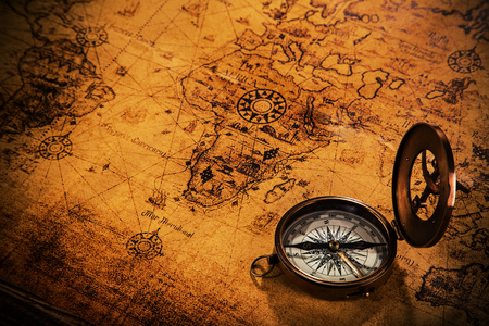Photo pour Old vintage navigation equipment on old world map. - image libre de droit
