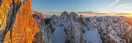 Photo pour Beautiful autumn landscape in the Dolomites mountains. - image libre de droit