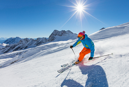 Foto de Skier skiing downhill in high mountains - Imagen libre de derechos