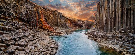 Photo pour Breathtaking view of Studlagil basalt canyon, Iceland. - image libre de droit
