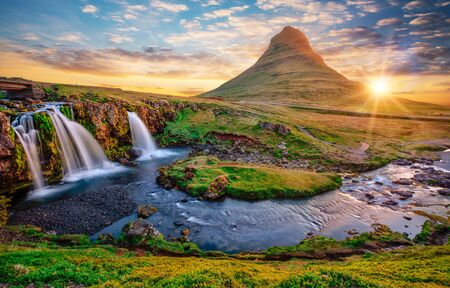 Photo pour Beautiful landscape with sunrise on Kirkjufellsfoss waterfall and Kirkjufell mountain, Iceland. - image libre de droit