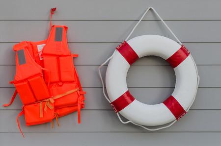 Foto de life vest and life belt on wooden wall - Imagen libre de derechos