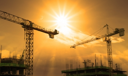 Foto de crane and building construction and sun set sky - Imagen libre de derechos