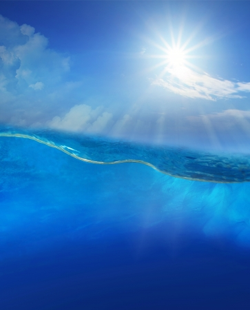 Foto de under blue water with sun shining above - Imagen libre de derechos