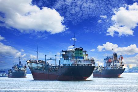 Foto de oil and industrial tanker transport ships - Imagen libre de derechos