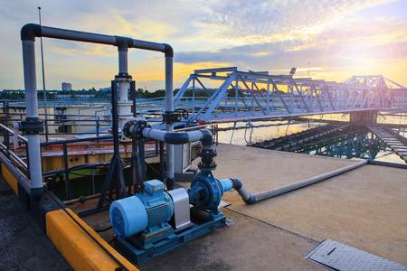 Foto de big tank of water supply in metropolitan waterworks industry plant site - Imagen libre de derechos