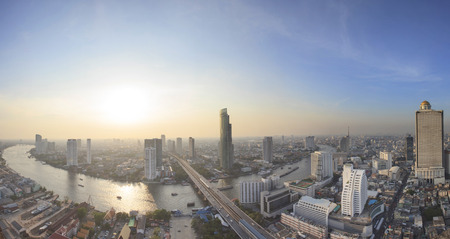 Photo pour panorama view beautiful curve of chao phraya river and high building sky scrapper in heart of bangkok thailand - image libre de droit