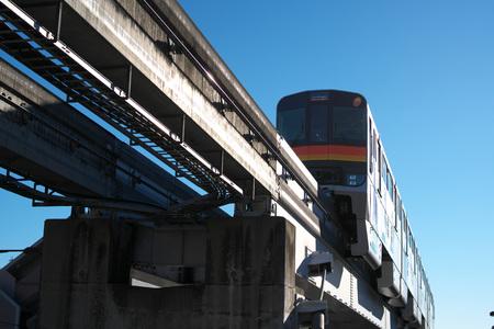 Foto de Tokyo, Japan-December 14, 2018: Monorail vehicle runs in the suburb of Tokyo - Imagen libre de derechos