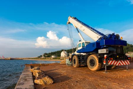 Foto de Mobile lifting crane at construction site. - Imagen libre de derechos