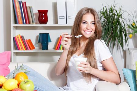 Photo pour Pretty woman on diet eating yogurt - image libre de droit