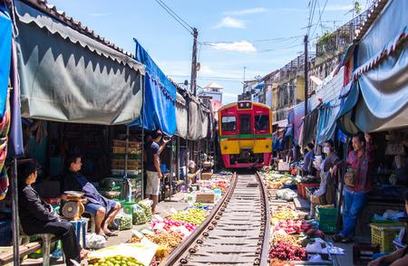 Photo pour Samut Songkhram, Thailand-SEP 12,2017: The famous railway market or folding umbrella market at Maeklong, Thailand, One of famous market landmark in Thailand. - image libre de droit