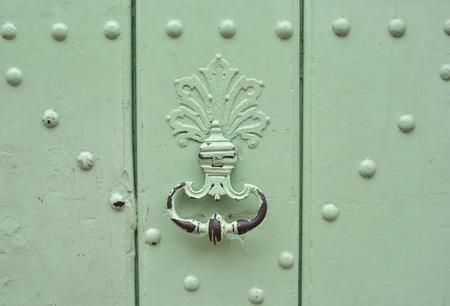 Photo pour Mint handle door rusty iron ring in wood doorway - image libre de droit