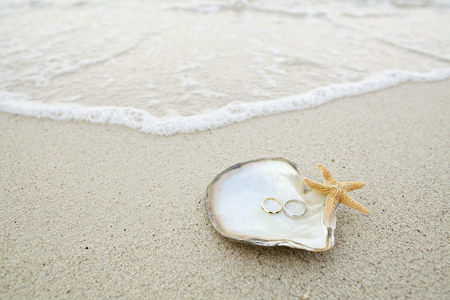 Photo pour wedding ring on the shell by the beach - image libre de droit