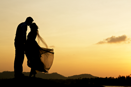 Foto de wedding couple with the sunset - Imagen libre de derechos