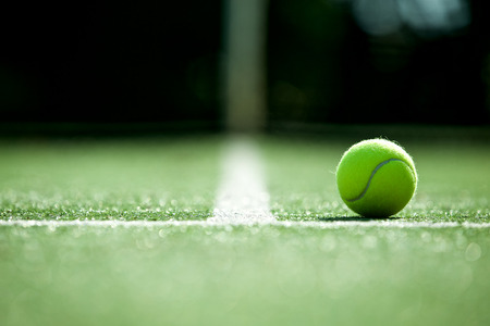 Foto de tennis ball on tennis grass court - Imagen libre de derechos
