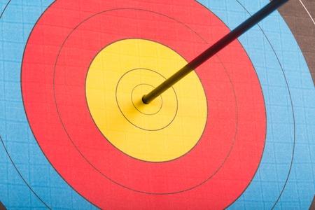 Foto de Arrow hit goal ring in archery target isolated - Imagen libre de derechos