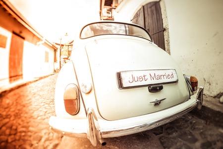 Photo pour Antique wedding car with just married sign - image libre de droit