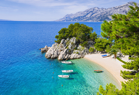 Photo pour Beautiful beach near Brela town, Dalmatia, Croatia. Makarska riviera, famous landmark and travel touristic destination in Europe - image libre de droit