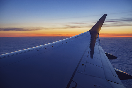 Foto de Sunset view of sky from a window seat in an airplane at Los Angeles, California, U.S.A. - Imagen libre de derechos