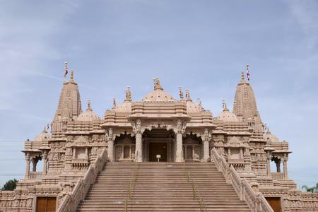 Foto de Exterior view of the famous BAPS Shri Swaminarayan Mandir at Chino Hills, California - Imagen libre de derechos
