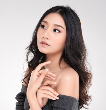 Photo pour Beautiful Young Asian Woman with Clean Fresh Skin look away, Girl beauty face care. Facial treatment, Cosmetology, beauty and spa. - image libre de droit