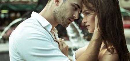 Foto de Kissing couple on the street - Imagen libre de derechos
