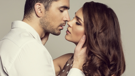 Photo pour Portrait of romantic couple touching and kissing each other - image libre de droit