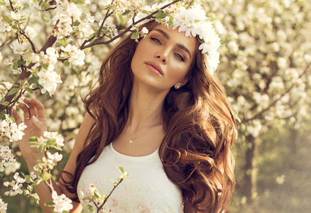 Photo pour Beautiful natural woman in the garden of apple - image libre de droit