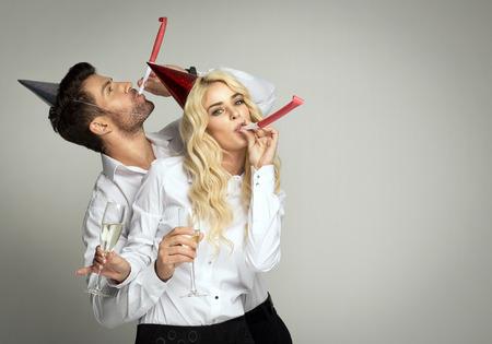 Photo pour Couple celebrating new year's eve - image libre de droit