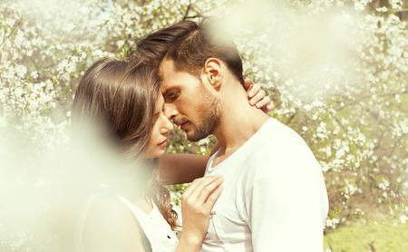 Photo pour Portrait of kissing couple - image libre de droit