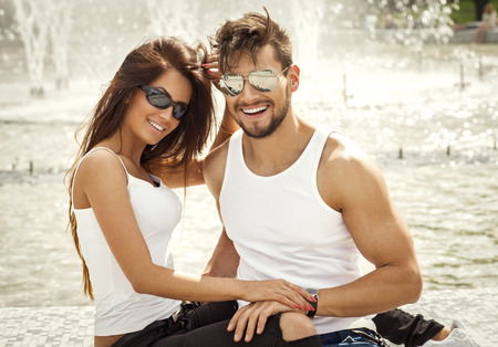 Photo pour Attractive happy couple in sunglasses - image libre de droit
