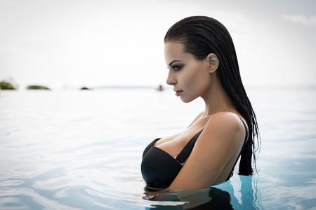 Photo pour Portrait of sexy model in pool - image libre de droit