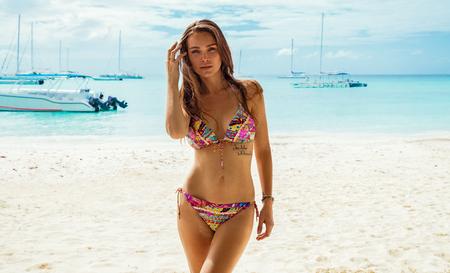 Photo pour Sexy female model in bikini on the beach - image libre de droit