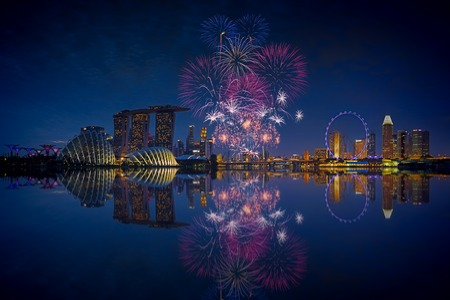 Photo pour Fireworks over Marina bay in Singapore on National day rehersal - image libre de droit