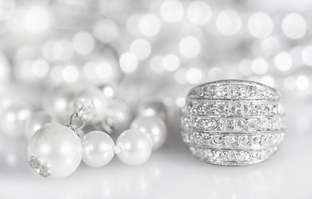 Photo pour Silver jewelry with pearls and diamonds. - image libre de droit