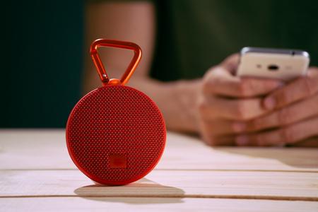 Photo pour Smart speaker with smart phone - image libre de droit
