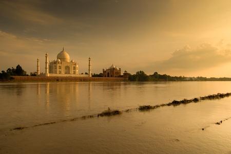 Photo pour Taj Mahal in sunset scene  - image libre de droit