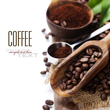 Foto de Coffee beans and an old wooden scoop (with sample text) - Imagen libre de derechos