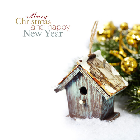 Photo pour Bright christmas composition with small birdhouse (with easy removable sample text) - image libre de droit