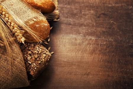 Foto de Freshly baked  bread on wooden table - Imagen libre de derechos