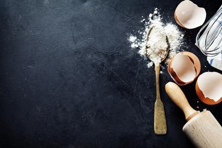 Foto de baking background with eggshell and rolling pin - Imagen libre de derechos