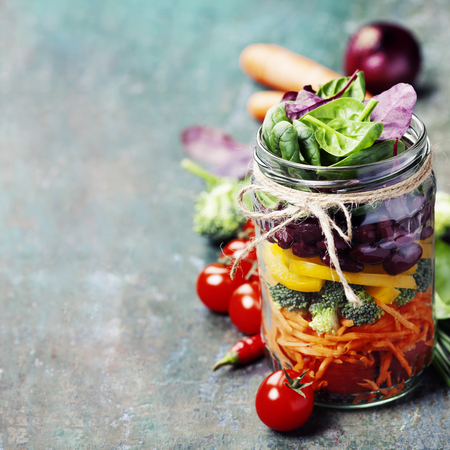 Photo pour Healthy Homemade Mason Jar Salad with Beans and Veggies - Healthy food, Diet, Detox, Clean Eating or Vegetarian concept - image libre de droit