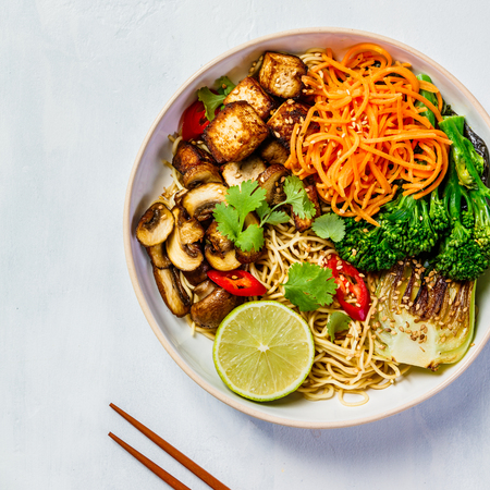 Photo pour Vegetarian noodles with tofu, broccoli, mushrooms, carrot, bok choy on white stone table. Top view, flat lay, copyspace - image libre de droit