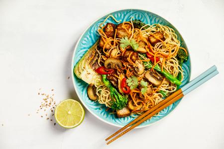 Photo pour Asian Tofu Soba Noodle Bowl - image libre de droit