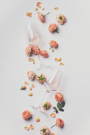Foto de Rose wine and roses on white background, flat lay - Imagen libre de derechos